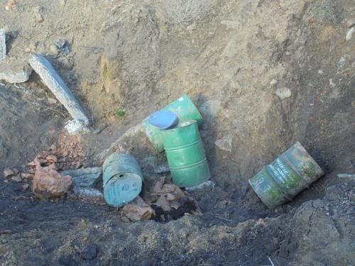 Четыре бочки сброшены в котлован разрушенной пожарной водоемы / deicn.gov.ua