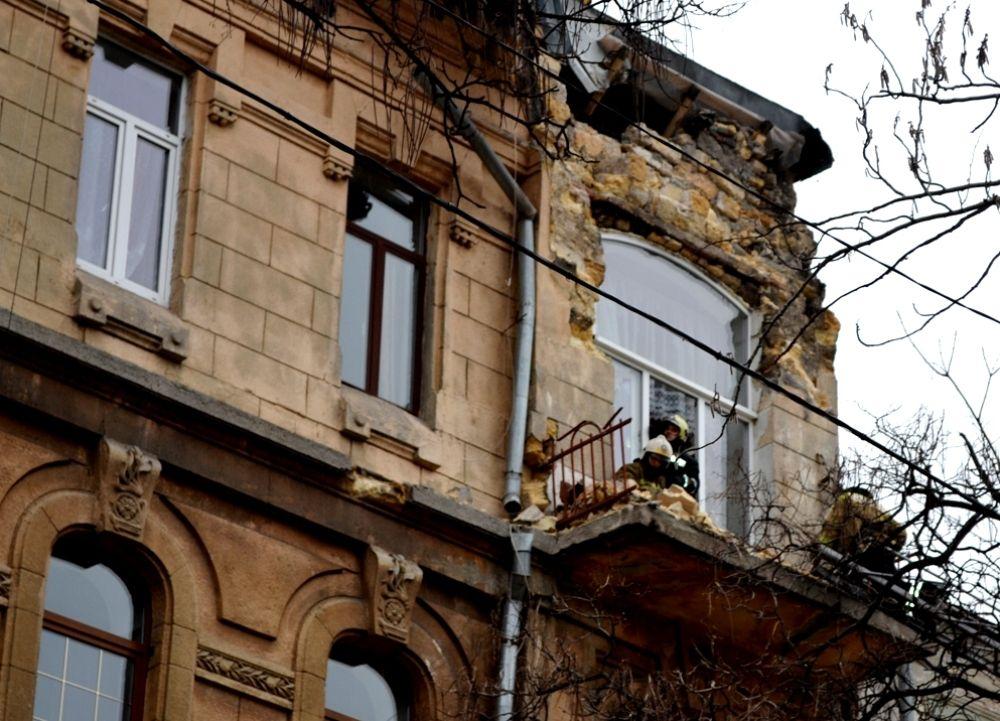 У центрі Одеси обвалився фасад 100-річного житлового будинку (фото)  (2.09 13) 505df511cb995