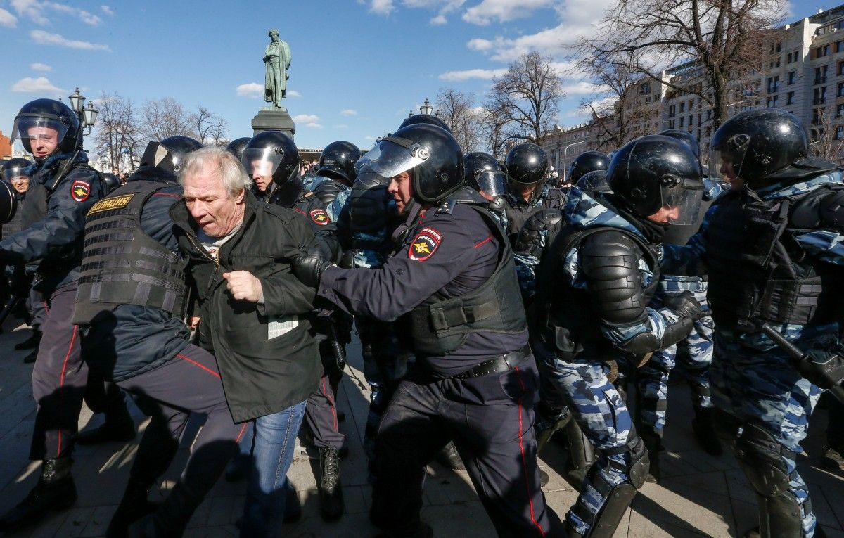 Задержания участников акции протеста в РФ / REUTERS