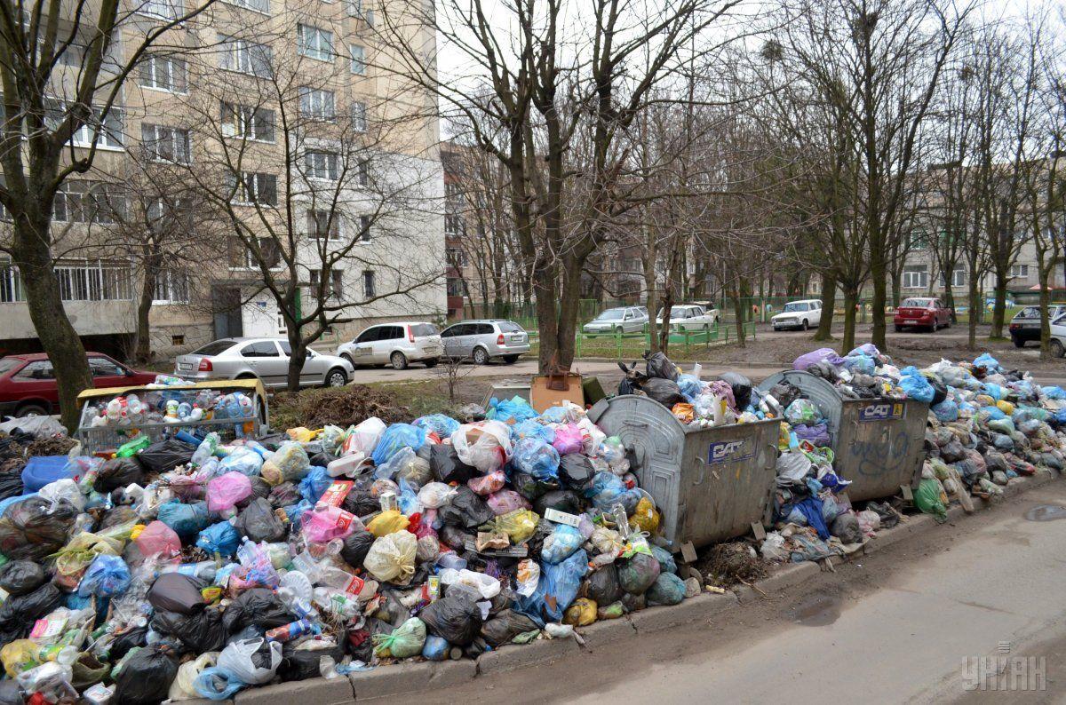 У місті залишається перенакопиченим понад 10 тис. 745 тонн сміття / Фото УНІАН