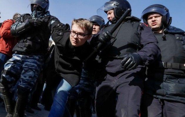 Задержание во время акции протеста в РФ / REUTERS
