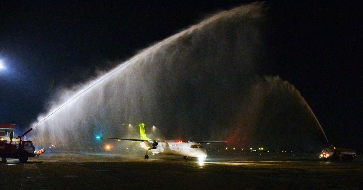 Самолет встретили водяным салютом / Фото facebook.com/odessa.aero