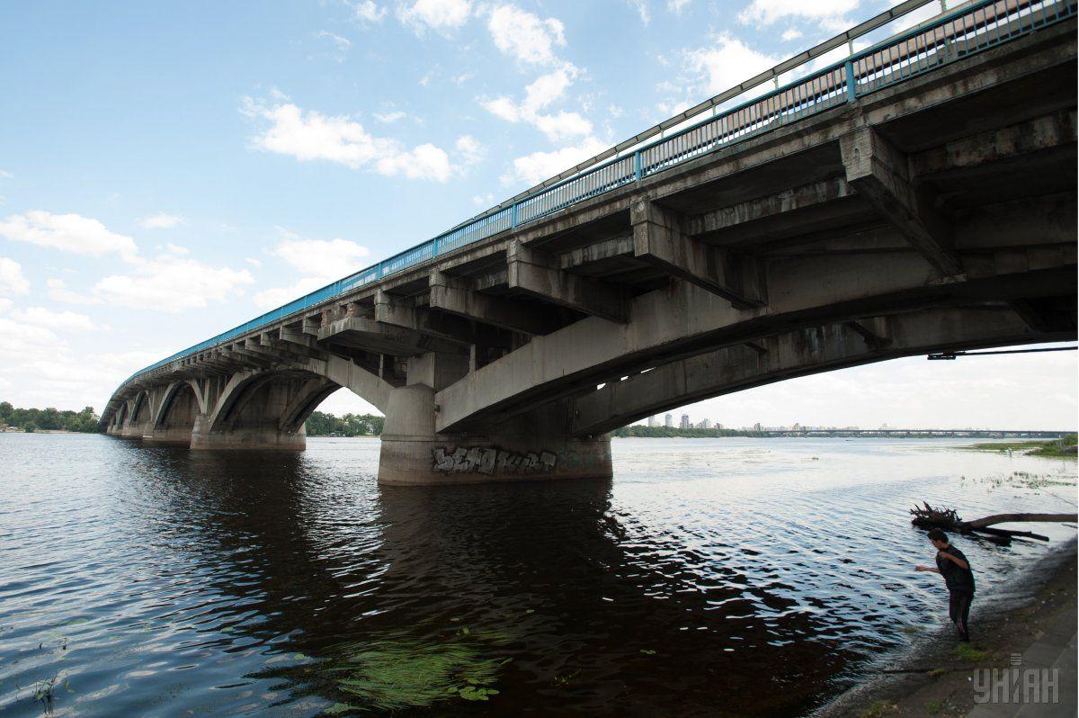 В Киеве девушка пыталась покончить с собой, спрыгнув с моста Метро / фото УНИАН