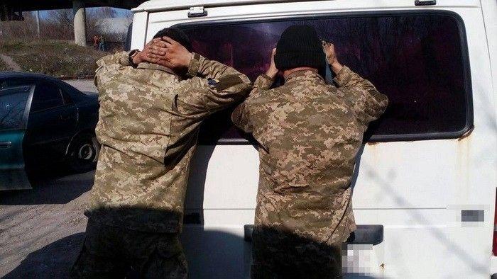 Оперативники СБ України затримали трьох військових поблизу частини під час спроби збуту ще 650 л пального / facebook.com/SSU.Ternopil/