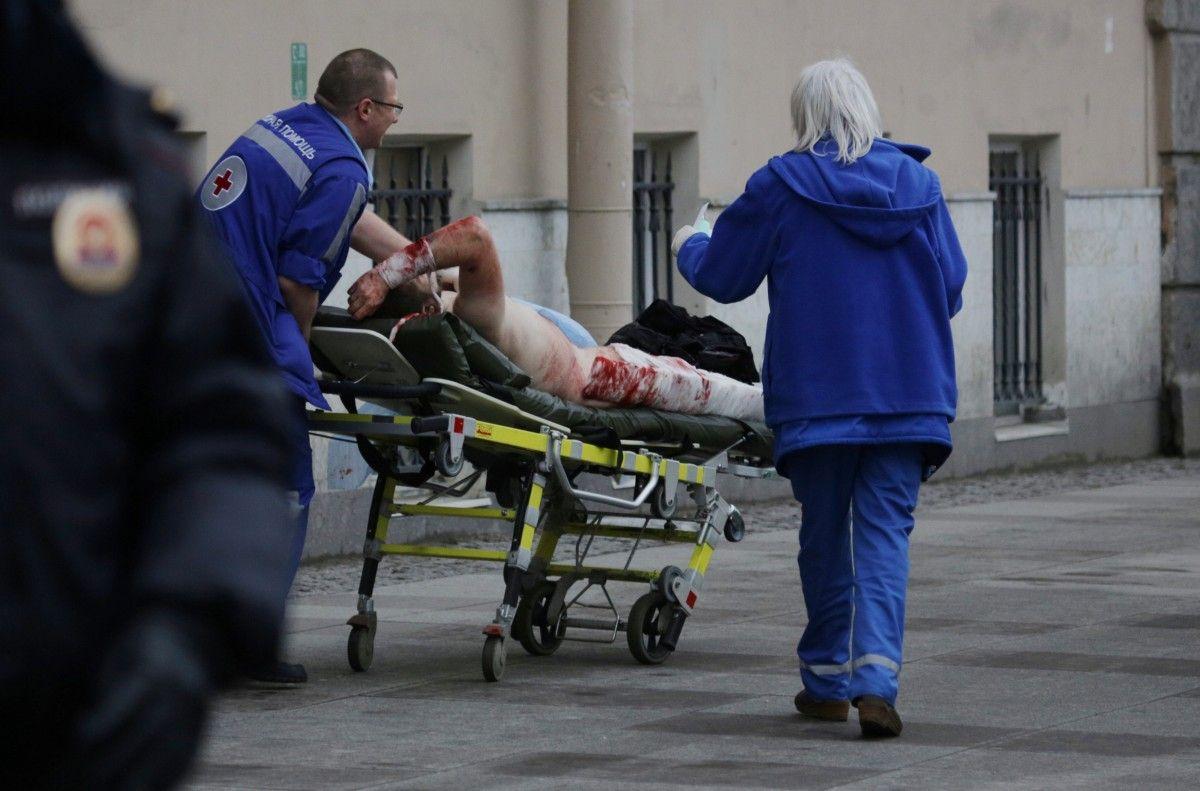 Пострадавший в результате теракта в метро Петербурга / REUTERS