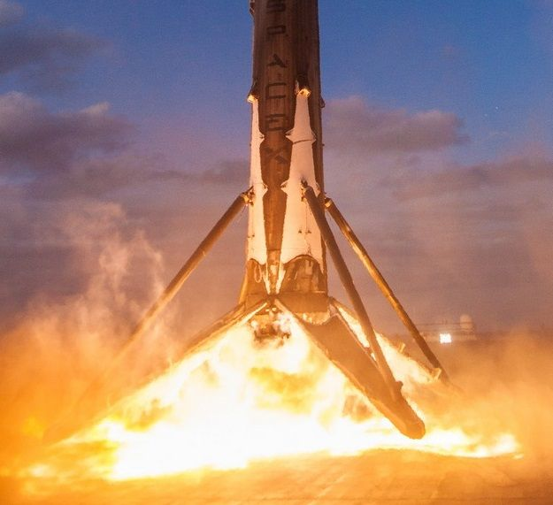 З'явилося відео історичної посадки першого ступеня ракети SpaceX