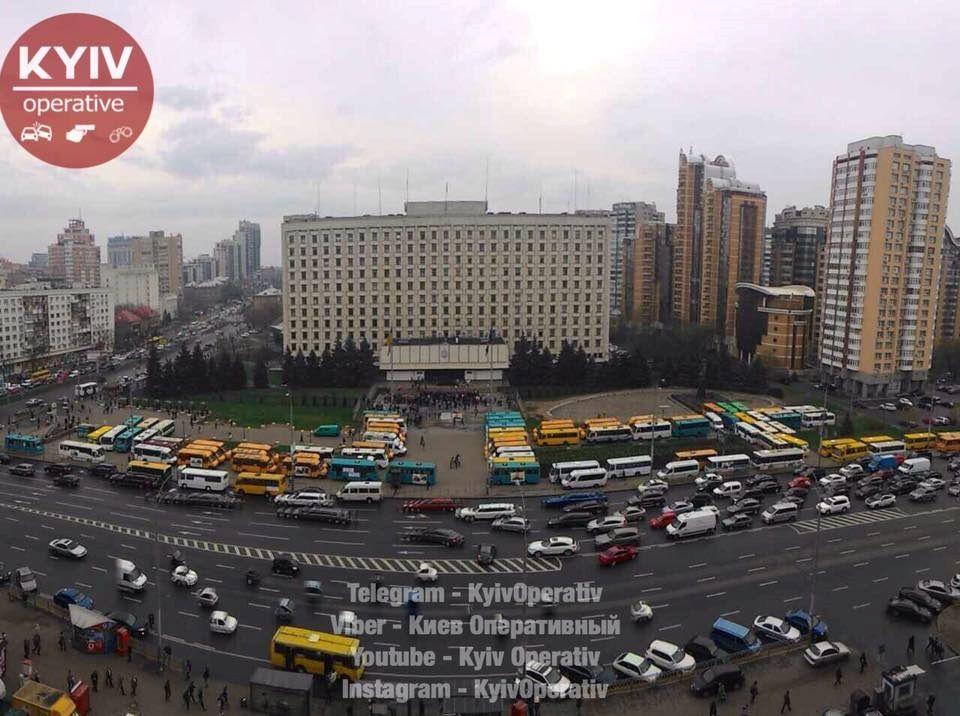 Кілька десятків маршруток знаходяться перед парканом біля обладміністрації / Фото: А. Брюханов/facebook.com/KyivOperativ