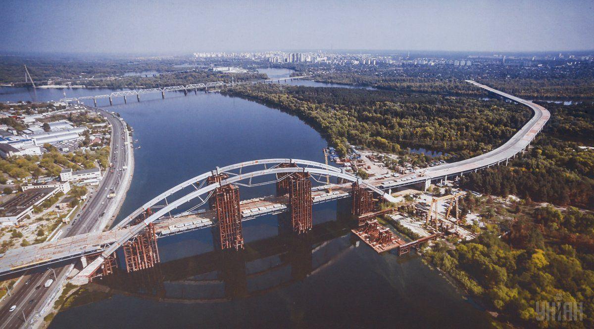 Также 200 миллионов гривень выделят на достройку Подольско-Воскресенского моста / фото УНИАН
