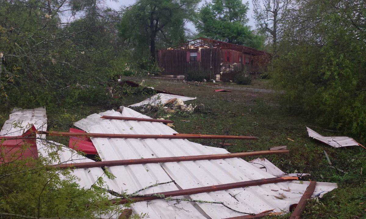 Наслідки торнадо в Алабамі / twitter.com @DaybreakApril