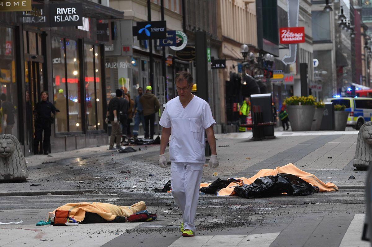 Грузовик въехал в толпу людей в центре Стокгольма / Фото aftonbladet.se