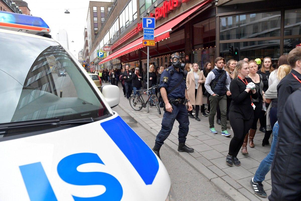 Грузовик въехал в толпу людей в Стокгольме / REUTERS