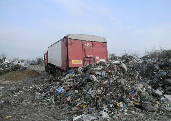 Уже удалось выгрузить на полигоны области 1765 тонн отходов / фото irivne.info