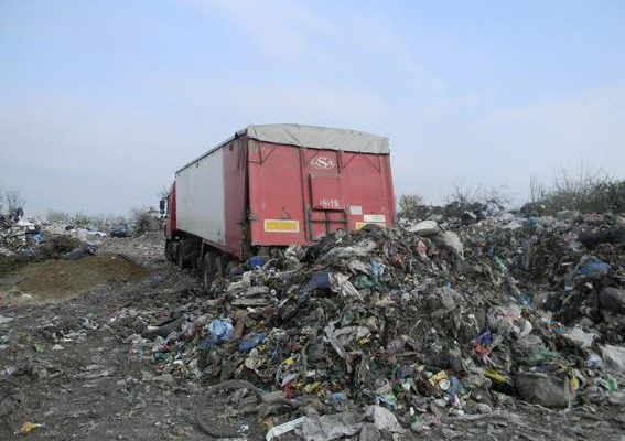 Водитель выгружал мусор на свалке райцентра / irivne.info