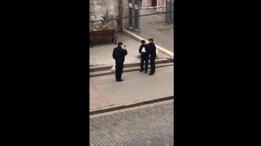 Полиция прокомментировала скандальный инцидент с бомжом в Харькове / Скриншот