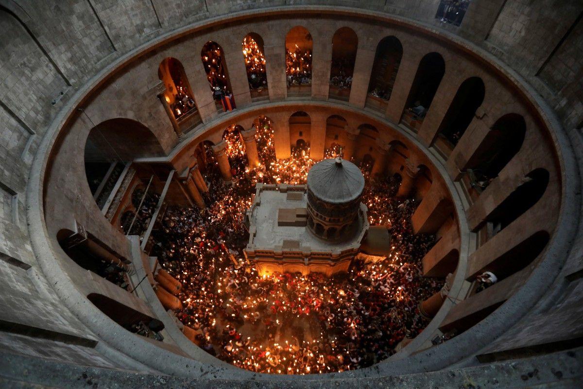 Процесс схода Благодатного огня тщательно контролируется на протяжении многих веков / REUTERS