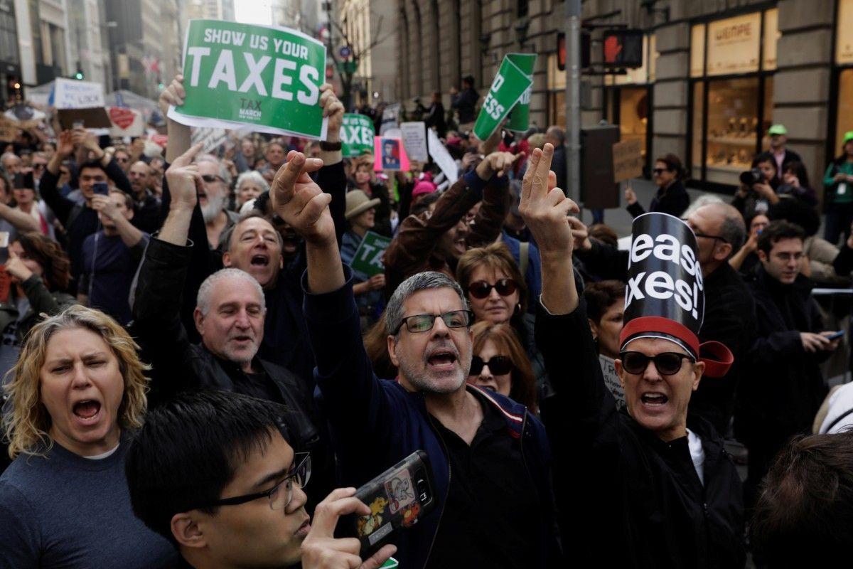 Акция, на которой американцы требовали опубликовать налоговую декларацию Дональда Трампа / REUTERS