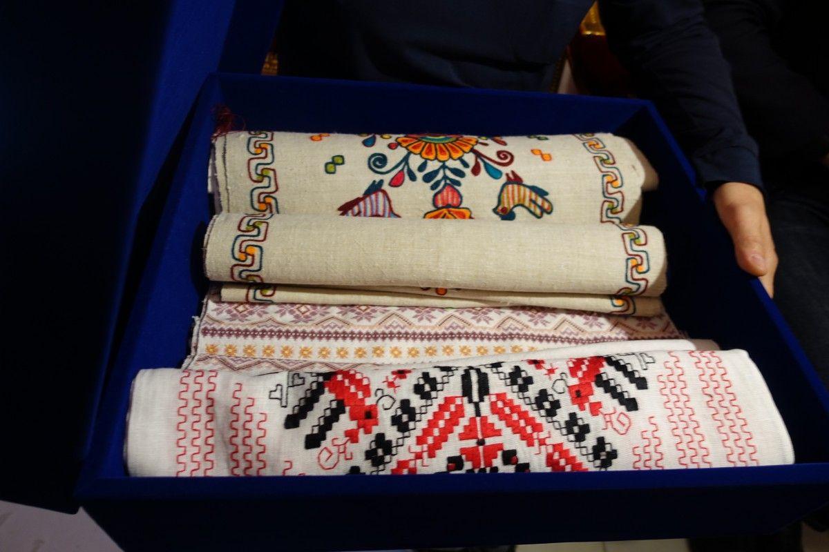 Рушники, которые подарили Иерусалимскому Патриарху представители официальной делегации УПЦ