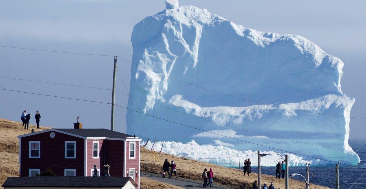 Величезний айсберг біля острова Ньюфаундлэнд / REUTERS