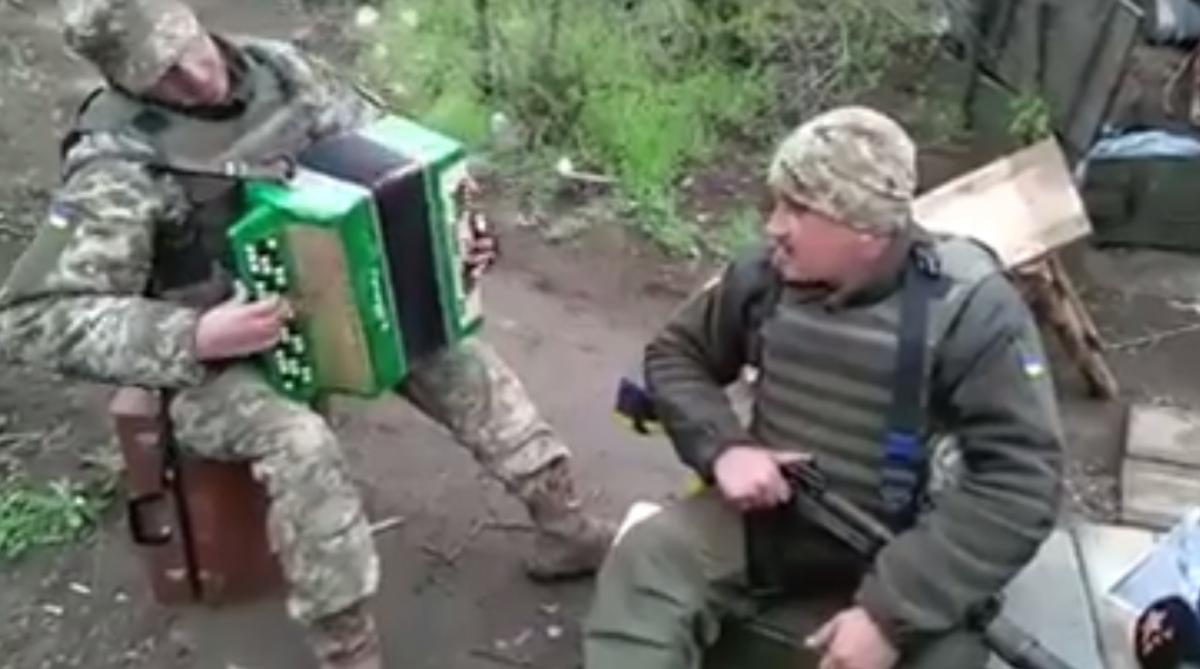 Пісню про Путіна заспівали психолог і заступник комбата 53-ої бригади / Скріншот