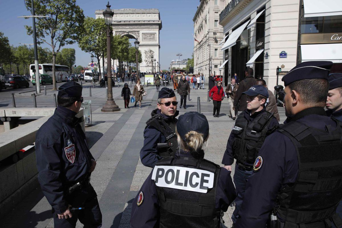 Прокуратура Франции назвала личность напавшего на полицейских в Париже