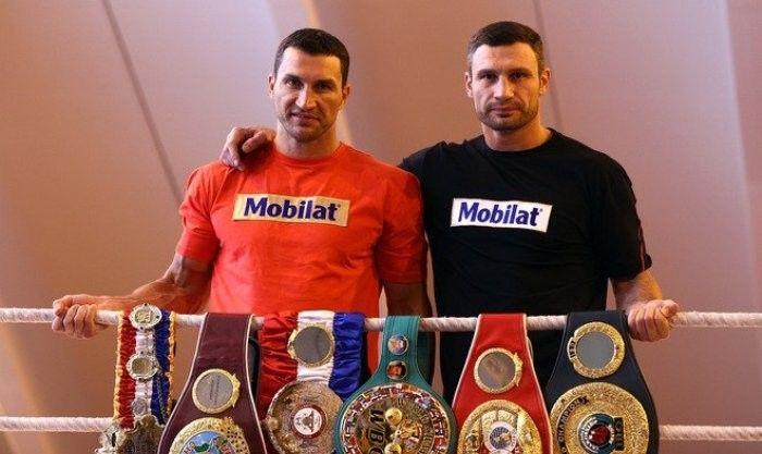 Віталій Кличко (праворуч) увійшов в Зал слави, його брат Володимир може увійти в 2022 році / BoxingScene