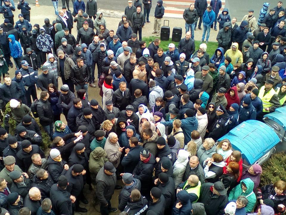 До охорони громадського порядку та документування подій, що відбувалися сьогодні під стінами Тернопільської міської ради, залучалися 80 поліцейських / ФОТО: соцмережі