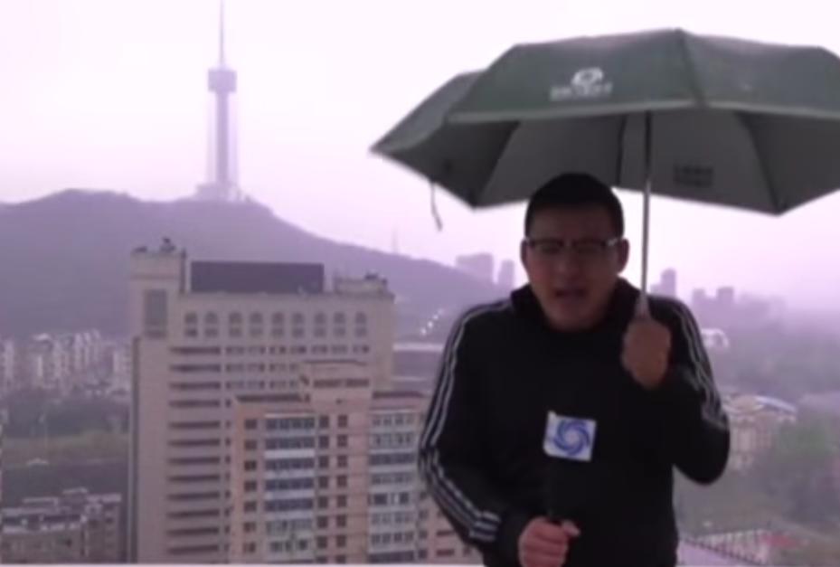 Блискавка потрапила в парасольку/ Скріншот