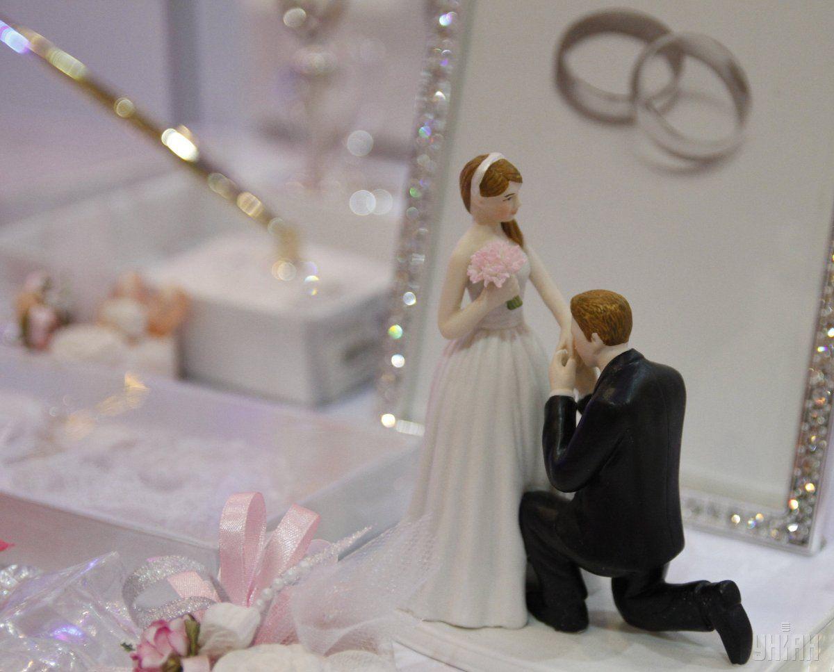 """У День Святого Валентина у Дніпрі усіх бажаючих """"одружували"""" на ковзанці"""