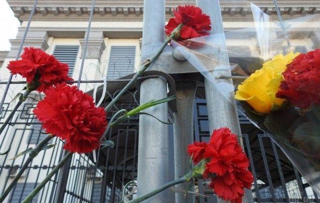 a2598217681718 unian.ua Кияни несуть квіти до посольства Росії після теракту в Петербурзі  (фото)