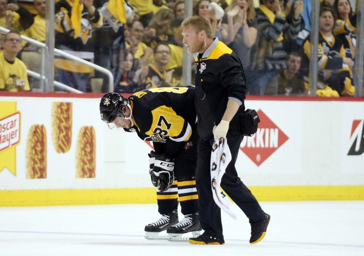 Сидни Кросби покинул лед лишь при помощи доктора команды / Reuters