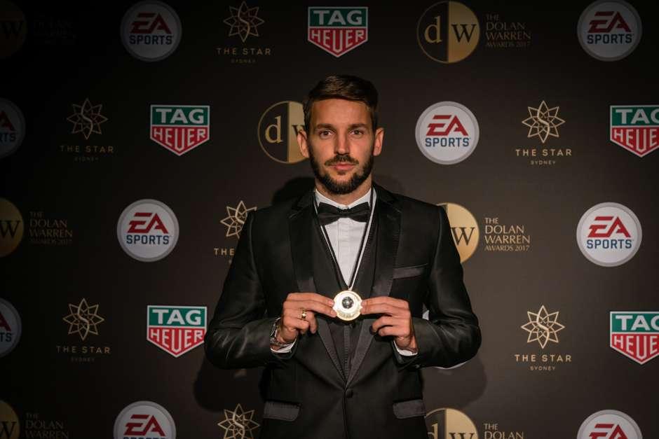 Милош Нинкович с призом лучшему игроку чемпионата Австралии / sydneyfc.com