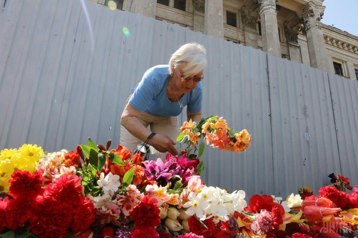 Люди принесли цветы под Дом профсоюзов / УНИАН