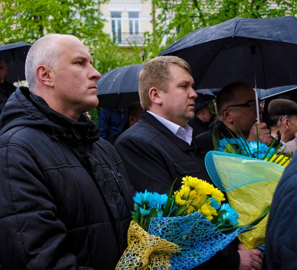 Після відкриття меморіальної дошки до ней поклали квіти / Фото УНІАН
