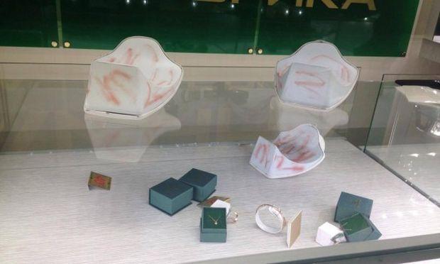 rbc.ua У Києві грабіжники в шоломах пограбували ювелірний магазин 7aad3db42f7c9