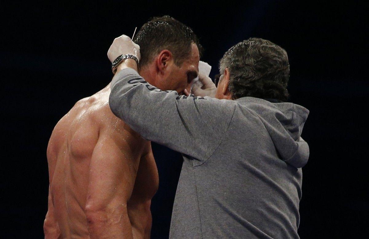 Владимир Кличко получил повреждение в пятом раунде при нокдауне / Reuters