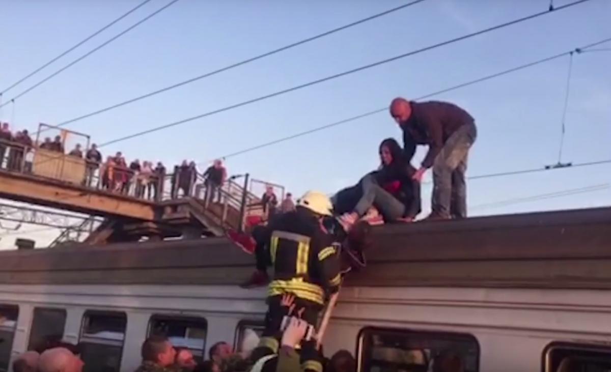 У Києві підліток отримав тяжкі опіки внаслідок удару струмом на даху електрички / скріншот
