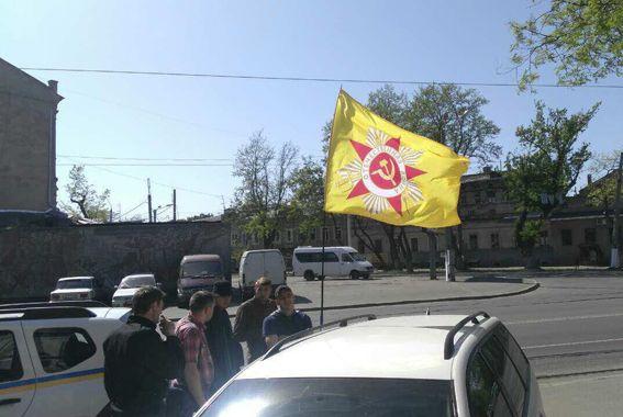 На фоне флага изображена красная звезда, а также серп и молот / od.npu.gov.ua