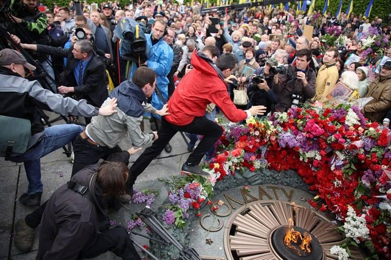 Толкотня возле Вечного огня длилась недолго / фото РБК-Украина