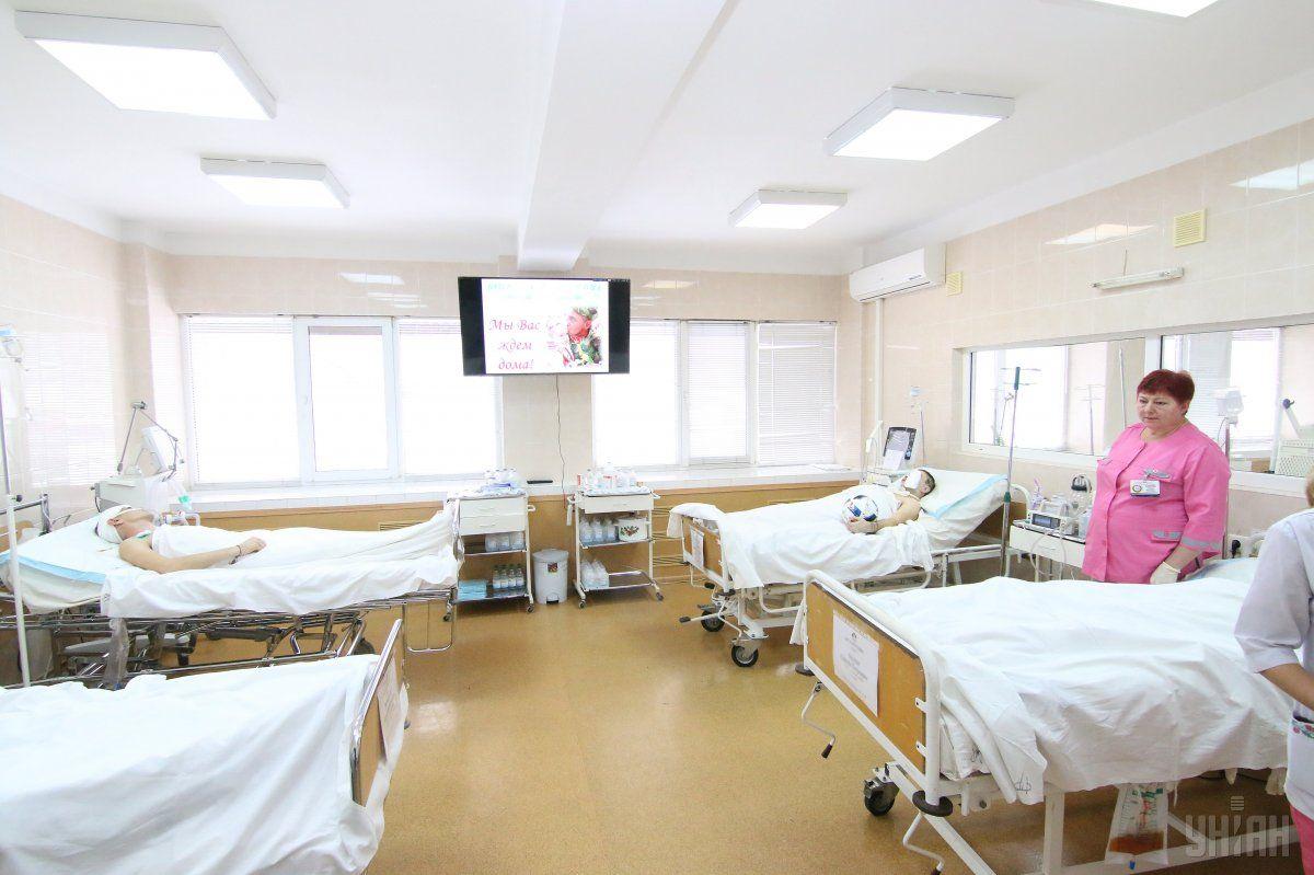 По состоянию на 27 октября в больнице находились 12 детей и работница пищеблока школы / фото УНИАН