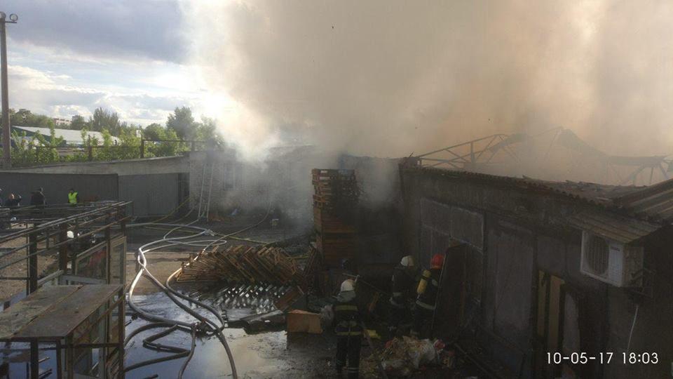 region.unn.ua У Києві рятувальники ліквідували пожежу на продовольчому  складі (фото) bc02c8e2e2194