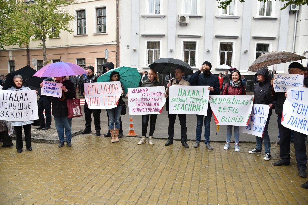 Близько 500 людей, які зібралися перед міською радою на акцію протесту, не розходяться / фото УНІАН