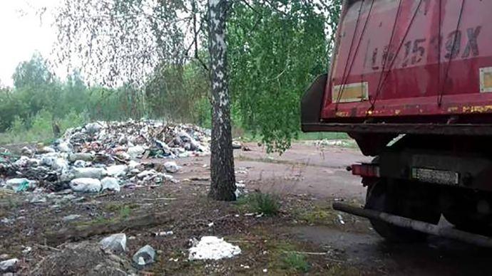 С одной машины уже успели выгрузить мусор / фото полиция Киевщины