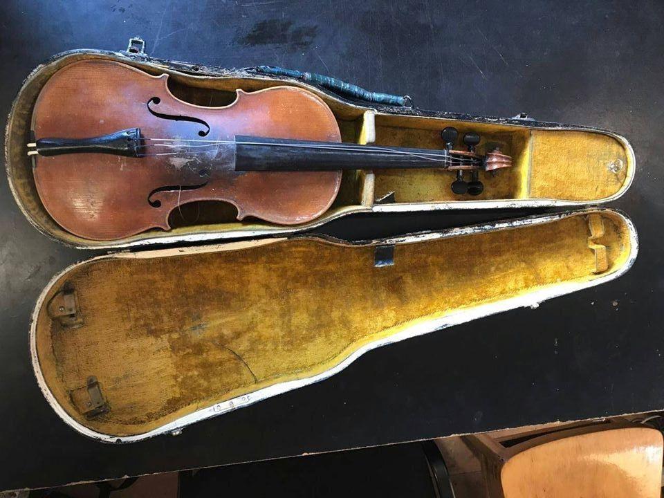 Музыкальный инструмент передан сотрудникам Национальной полиции / facebook.com/oleh.slobodyan
