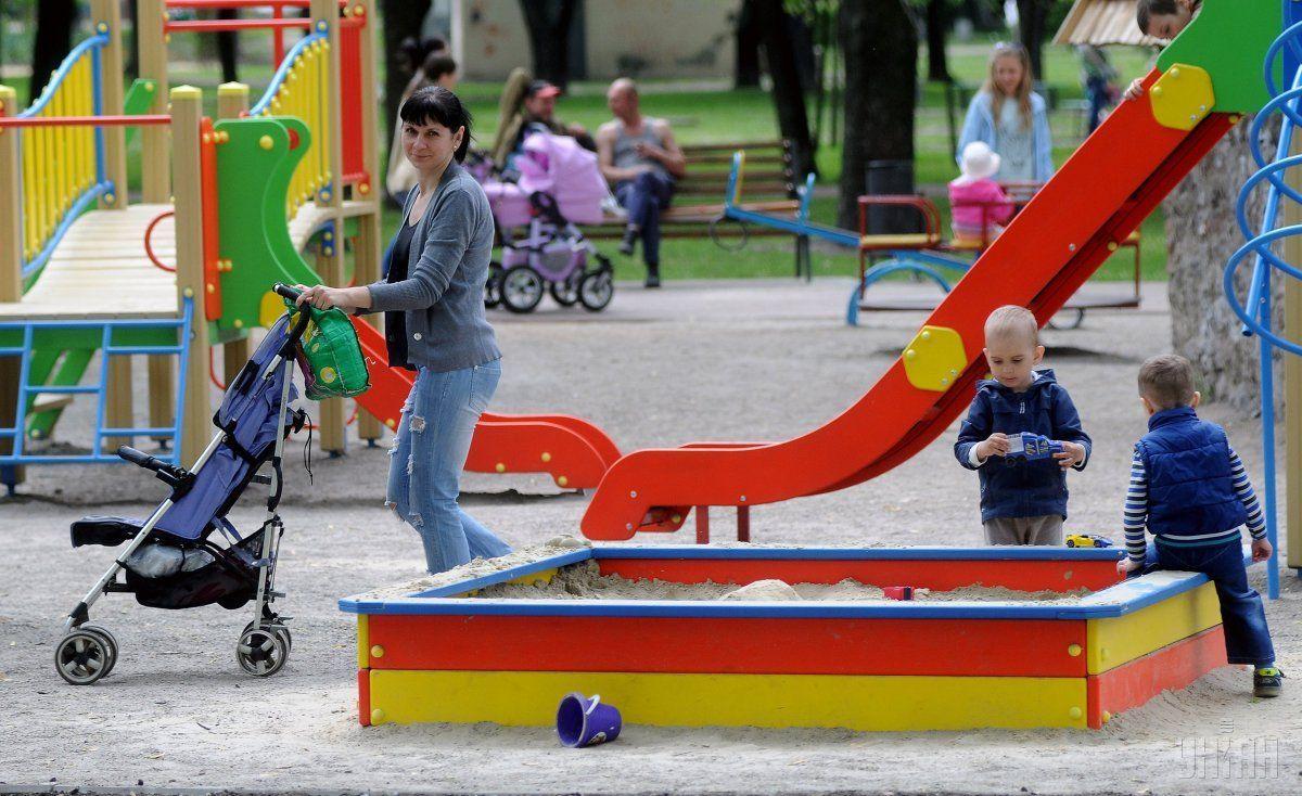 Женщина подслушивала на детских площадках имена детей / Иллюстрация УНИАН