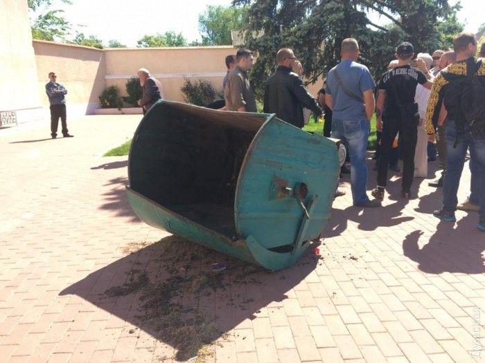 Кащи облили зеленкой и пытались бросить в мусорный контейнер / фото dumskaya.net