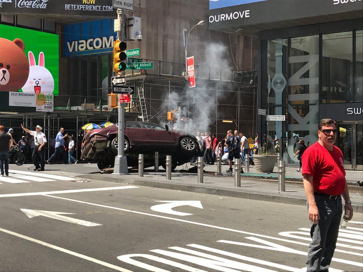 Машина врезалась в прохожих / twitter.com/gb__