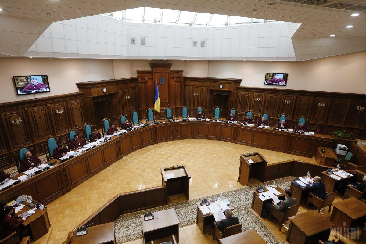 В. о. голови замість Бауліна стане старший за віком суддя КС / Фото УНІАН