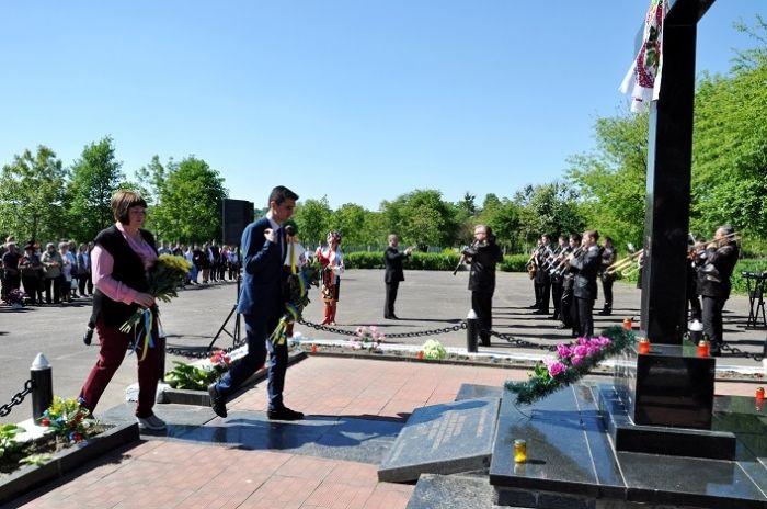 Пам'ять репресованих вшанували хвилиною мовчання та квітами біля меморіального знака / фото ЖОДА