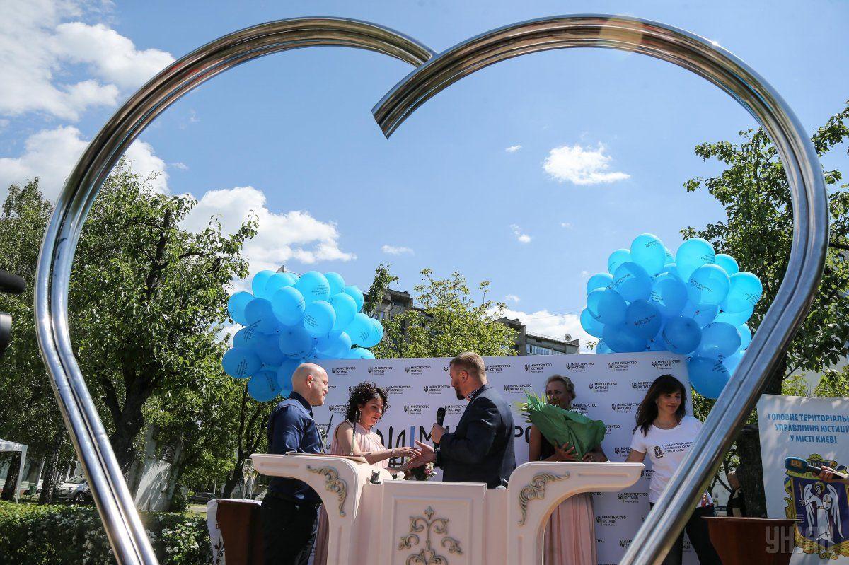 У Києві почали реєструвати шлюби під відкритим небом / УНІАН