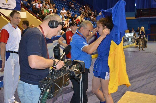 Чемпионка Европы Анастасия Шевченко с флагом Украины / sambo.net.ua